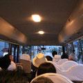 バスで行きます。