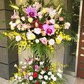 カトレアなどランを挿したスタンド花