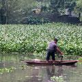 Fischer bei de Arbeit im flachen Gewässer