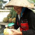 frische Ananas, kunstvoll geschält