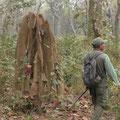 Unser Guide neben einem Termitenbau hält Ausschau nach seltenen Tieren