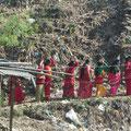 langer Prozessionszug von Frauen zur Shiva-Statue in Dhulikhel