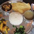 Dal Bhat - Alltagsgericht mit Linsensuppe, Reis, Gemüse und manchmal Fladenbrot und Fleisch