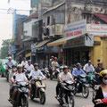 dichter Mopedverkehr auf allen Straßen