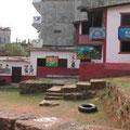 ein Schulhof in der Nähe