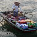 Händlerin aus dem Fischerdorf an unserem Schiff