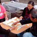 nicht alle arbeiten, hier wird Mahjong gespielt