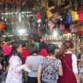 Frauen, Schuhe un Taschen - ähnliche Bilder in alllen Städten der Welt