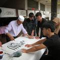 eine Koranschule im Gelände der Moschee mit einem Schriften-Künstler