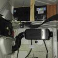 Standheizung und Zweitbatterie im Sitzkasten der Beifahrerbank verbauen, die Warmluftleitung führt durch die Trennwand in den Wohnraum hinter.