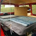 Kopfteil vom Bett entweder auf dem Tisch abstützen oder mit Karabinern und Reepschnüren an der Decke einhängen