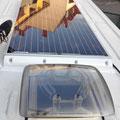 150W Solarpanel mit Spoilern aufkleben und Kabeldurchführung anbringen. Loch ins Dach schneiden und Dachluke einsetzen.