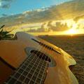 guitarra en la playa de Sancti Petri