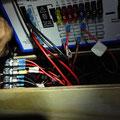12V-Block (EBL 211) für Stromversorgung und Absicherung sowie Laderegler (von Hand verdeckt) befinden sich im hölzernen Wohnraum-Sitzkasten hinter der Trennwand.
