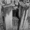 """""""Steine der Erinnerung und Verpflichtung"""" (1992, 35 dicht gedrängte Stelen, geschaffen von dem Halberstädter Bildhauer Daniel Priese), Domplatz Ecke Tränketor"""