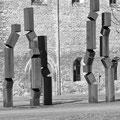 """""""Brüche der Geschichte"""" (2000), Stahlblech geschweißt, hergestellt für den Deutschen Pavillon der Expo 2000 in Hannover, seit 2001 im Außengelände des Burchardiklosters"""