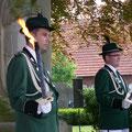 Fackelträger der Ehrengarde am Ehrenmal