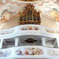 Doppelempore mit Orgel und musizierenden Engeln