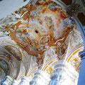 Das gesamte Gewölbe wurde von den Gebrüder Asam mit Stuck und Fresken ausgeschmückt