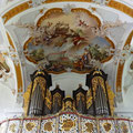 Fresko über der Orgelempore - über das Kloster Oberschönenfeld werden weltliche und geistige Gaben geschüttet