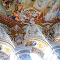 Kleine Fresken um das riesige Deckengemälde erzählen vom Leiden Jesu