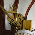 Attribute Kreuz und Gesetzestafeln auf dem Kanzelschalldeckel