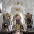Blick zum Choraltar mit den beiden Seitenaltären