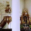 Säule im Kirchenschiff mit Blick auf Kanzel und Seitenaltar