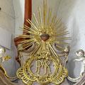 Monogramm Marias und Dornenherz bekrönen den Schmerzensaltar