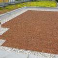 Flachdach mit Substrat für extensive Dachbegrünung