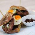 Südtiroler Wildschwein-Burger mit Wachtelei und Zwiebelmarmelade