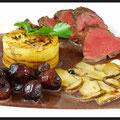 Rehrücken mit Kartoffel-Baumkuchen Rotweinzwiebeln und Steinpilze