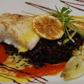 Steinbutt auf Bouillabaisse und Safransoße mit schwarzem Reis und gebratenen Fenchel