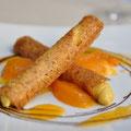 Cannoli mit Kastanienmousse gefüllt und Kaki