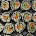 """""""Saurer Reis"""" (Sushi mit Räucherlachs Wasabi und Gemüse)"""