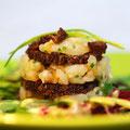Tatar vom kaltgeräucherten Waller auf Pumpernickel mit Salat