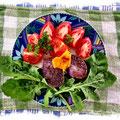 Blauer Schwede, in Kümmel gebraten, mit Salat und Tomaten
