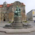 Otto von Guericke (Magdeburger Halbkugeln), neues Rathaus im Hintergrund