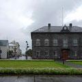 Dómkirkjan (links) und Althingishùs (rechts), Sitz des isländischen Parlaments