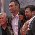 Fototermin, v.l.n.r.: Fritz Sdunek, Vitali Klitschko, Natalia Klitscho und der Regisseur Sebastian Dehnhardt
