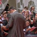 Autogramme und Händeschütteln am Roten Teppich