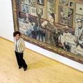 """Margret Eicher vor ihrem Wandteppich """"Lob der Malkunst"""" von 2013"""