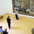 """Margret Eicher vor ihrem Wandteppich """"Lob der Malkunst"""", 2013"""