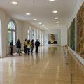 Wandelhalle mit Bildern von Franz Gertsch