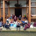 清水寺お堂前で昼食