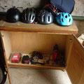 casques,gourdes, materiel de secours / helmets and water bottles,emergency equipment