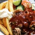 Pulled Pork mit BBQ Soße Steakhauspommes und Salat