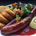 Krakauer mit Curry Soße Salat und kleine Röstitaler