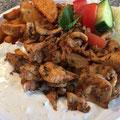 Hähnchengyros mit Tsatsiki dazu Kartoffelecken und Salat