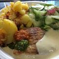 Schlemmerfischfilet mit Bratkartoffeln und Gurkensalat